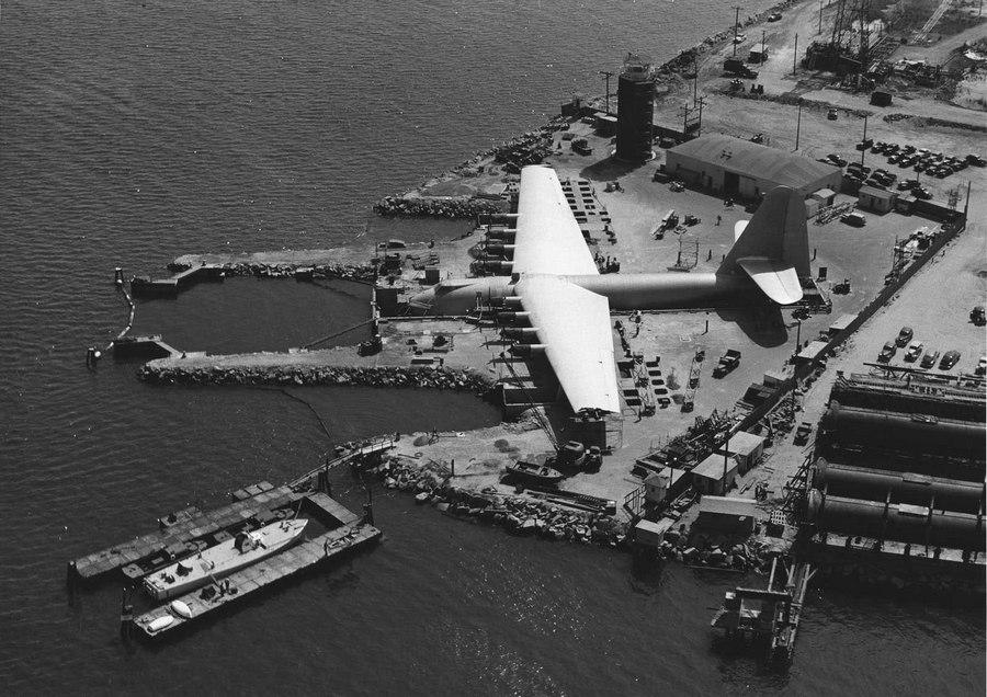 1940. A Hughes H-4 'Spruce Goose' építésének befejező munkálatai zajlanak. Long Beach, Kalifornia..jpg