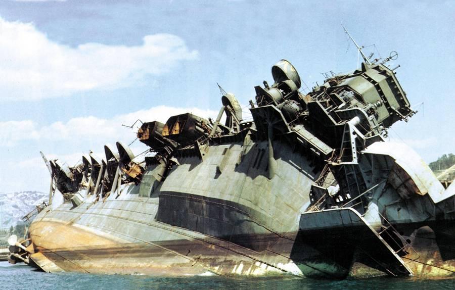 1945. július 29. A japán császári hadihajó az Amagi az amerikai támadás után sérülten a Kure tengerészeti bázison..jpg