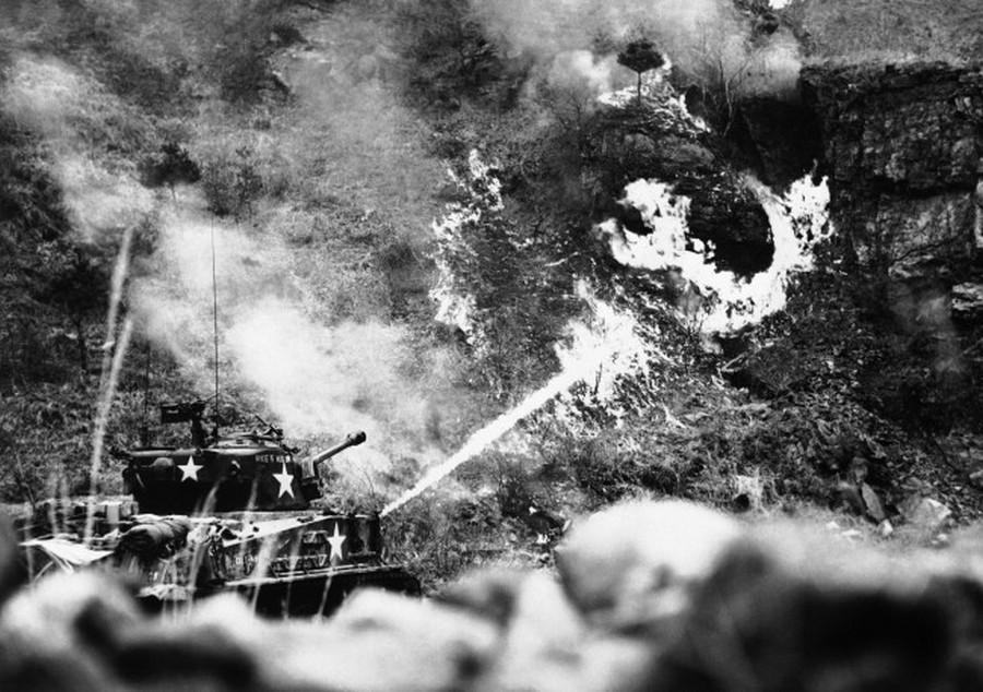 1951. március 30. Koreai háború. M60-as tank lángszóróval égeti fel egy feltételezett észak-koreai állás környékét..jpg