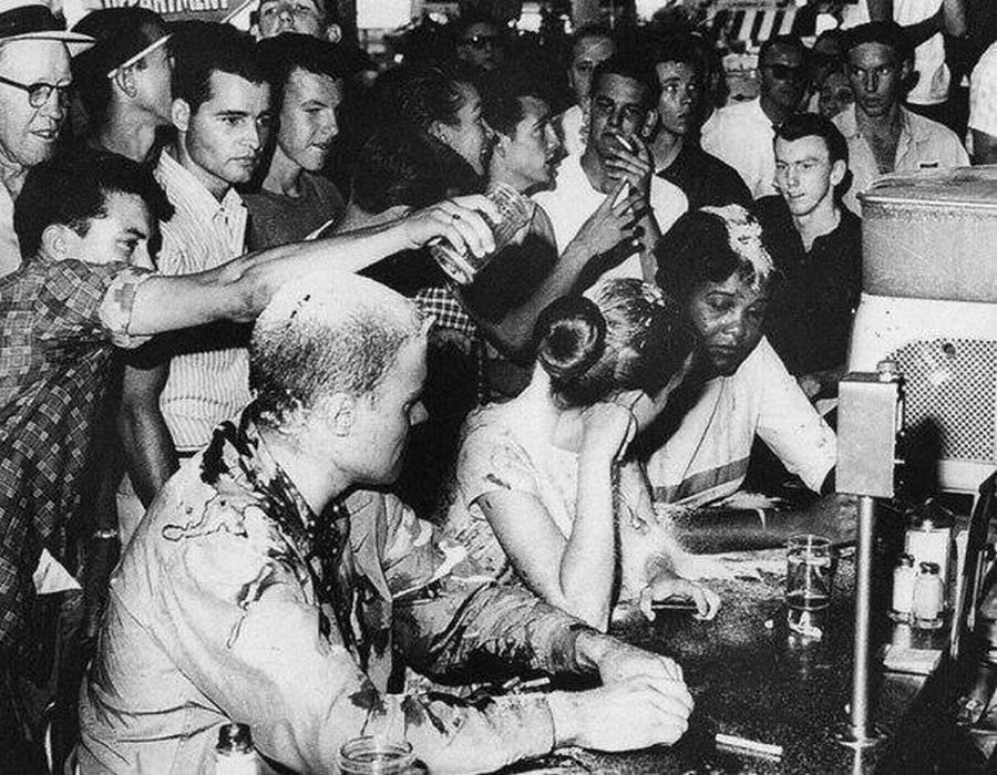 1963. Egy házaspárt inzultál a fehér vendégsereg, miután színesbőrű barátnőjükkel együtt mentek egy szórakozóhelyre..jpg