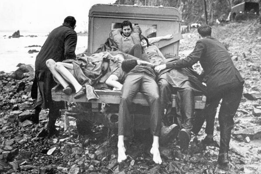 1968. április 10. A Wahine - a két új-zélandi fő sziget között közlekedő - komphajó egy hatalmas viharban felborul. 51-en haltak meg. A képen a túlélők elszállítása a partról..jpg