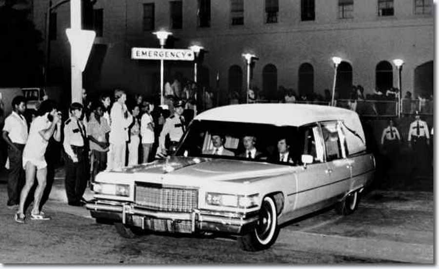 1977. augusztus 16. Elvis Presley testést szállító autó elhagyja a Baptist Memorial kórházat Memphisben..jpg