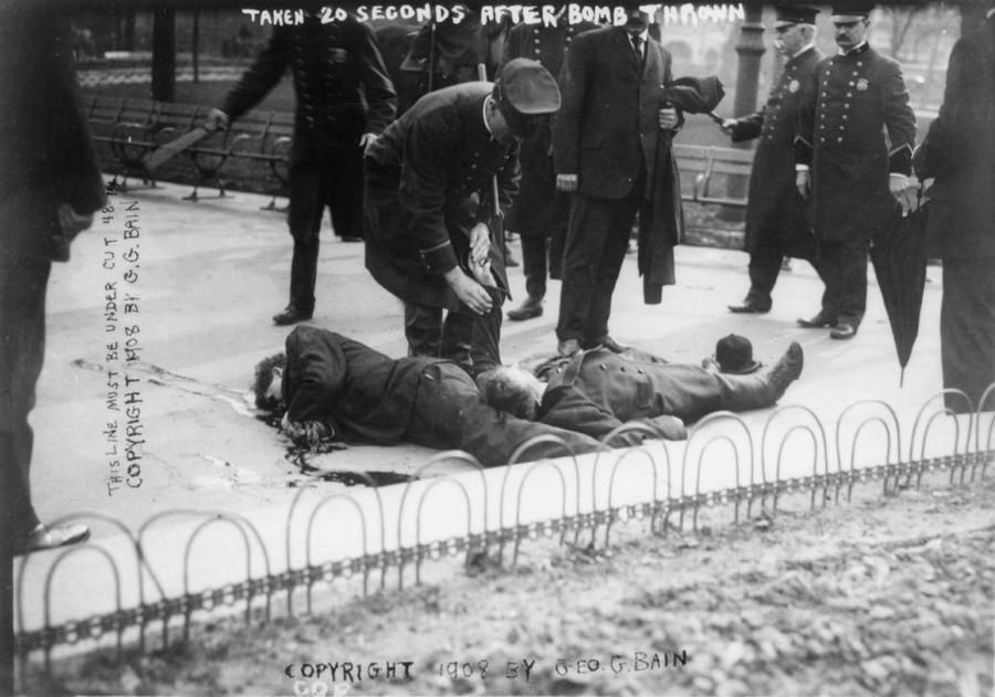 1908. Anarchista merénylő és egy járókelő holtteste New Yorkban az Union square-en kevesebb, mint fél perccel a bomba robbanás után..jpg