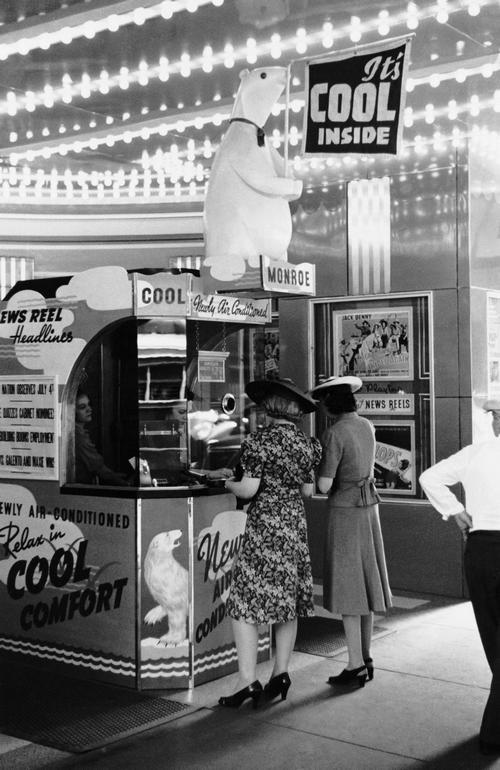 1940- Chicago. Újonnan nyílt légkondicionált mozi pénztára..jpg