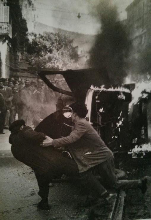 1953. Olaszország. Égő rendőrautó a trieszti diákzavargások idején..jpg