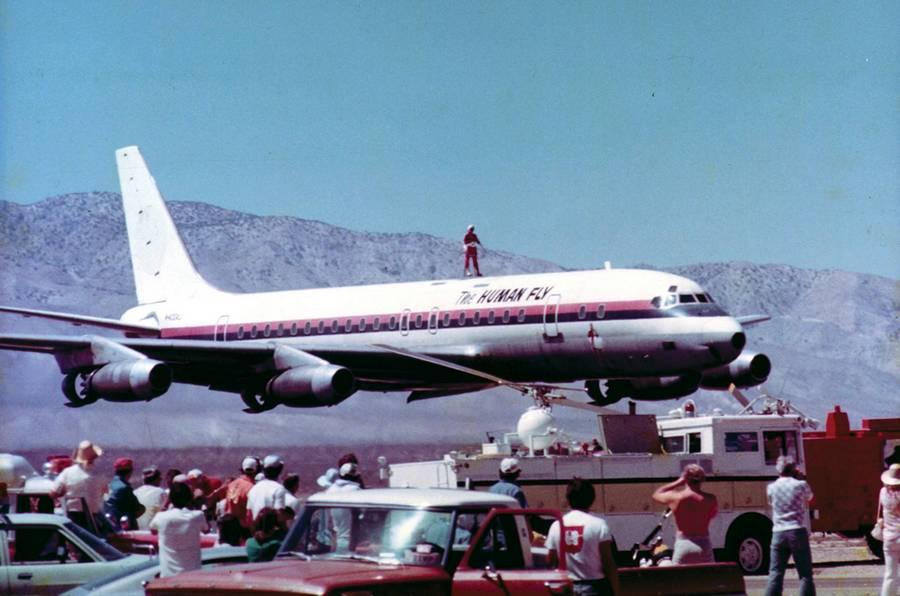 1976. The Human Fly, azaz az légyember egy alacsonyan szálló DC-8-as tetején állva repül el a nézők előtt..jpg