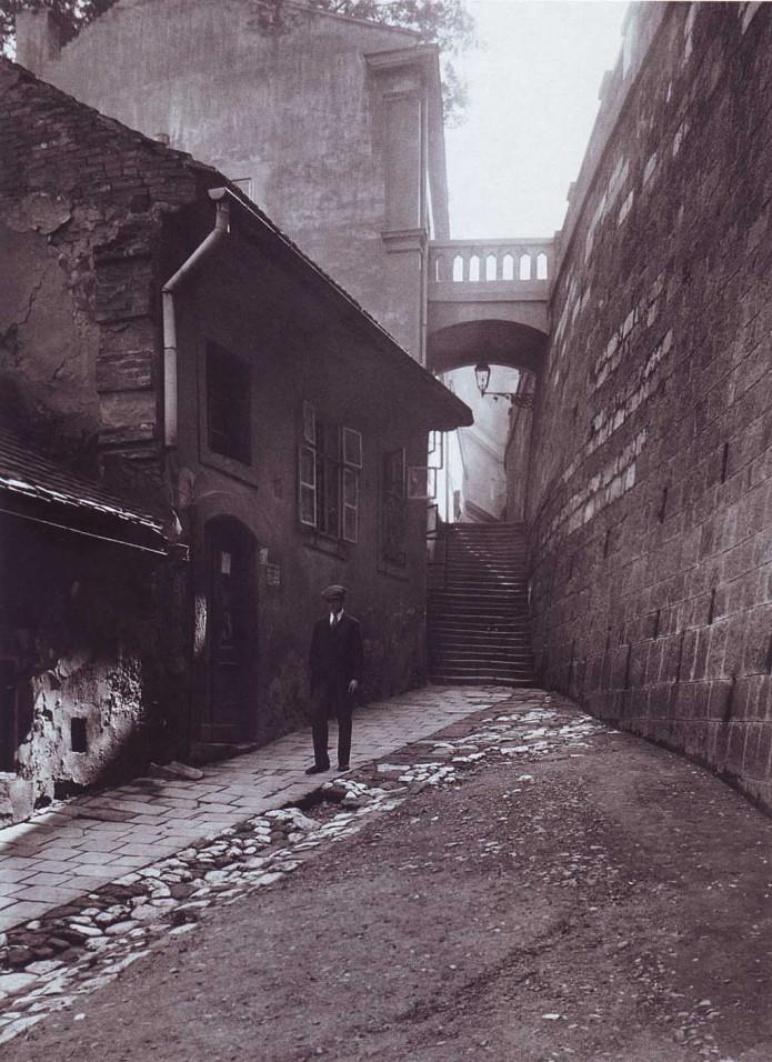 1910 körül. Akár Párizs is lehetne, de ez Budapest I. kerület. Csónak utca..jpg