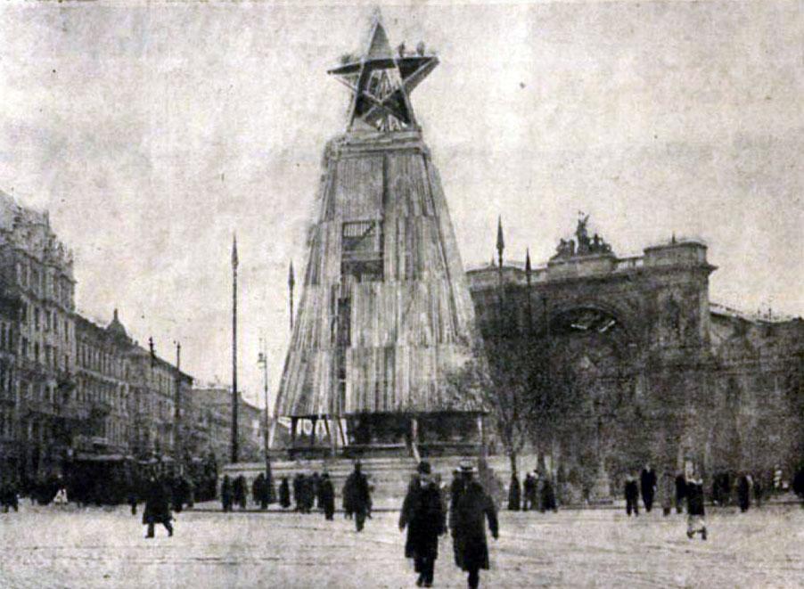 1919. április. Tanácsköztársaság Magyarországon. Vörös emlékmű épül május 1-jére a Baross téren..jpg