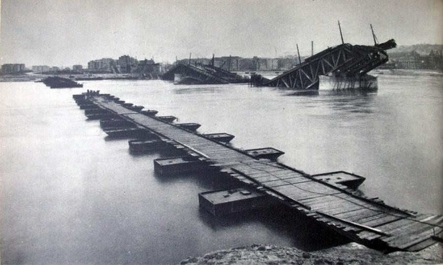 1945. Ideiglenes hajóhíd a Dunán a felrobbantott Margit-híd mellett..jpg