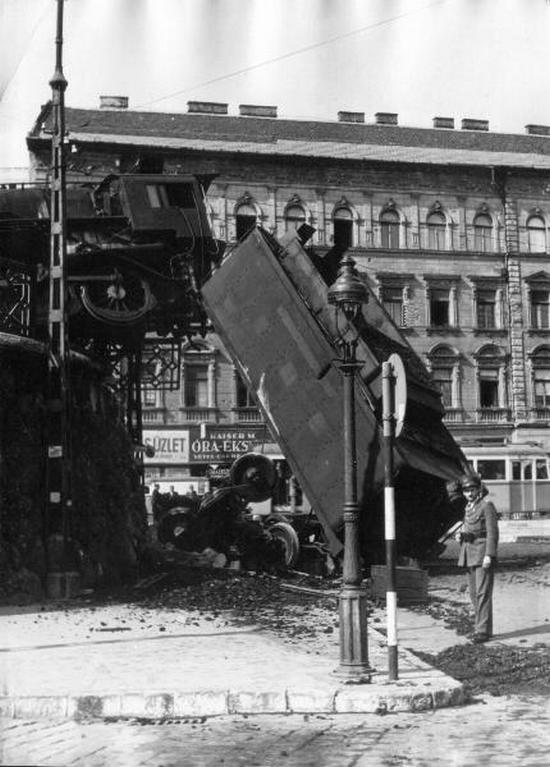 1948. Budapest Déli pályaudvaron egy gőzmozdony a vérmezői fordítón keresztül haladva áttörte a vágányzáró bakot és a mögötte lévő kerítést. A szerkocsi a 3,5 méter magas támfalról az Endresz György térre zuhant..jpg
