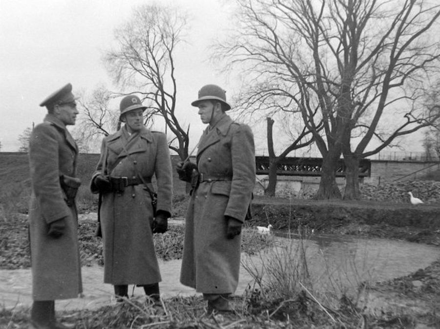 1948. Rendőrjárőr jelent Kismaroson. Háttérben a kisvasút vashídja..jpg