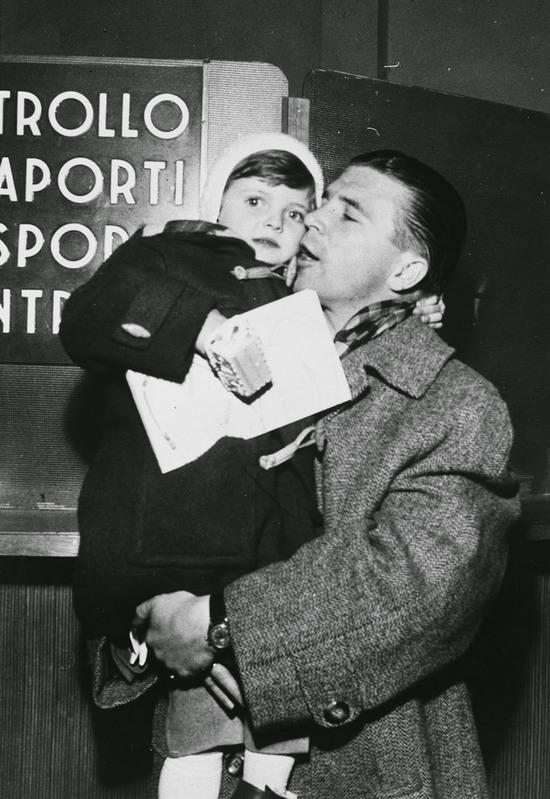 1956. Puskás Ferenc lányával Olaszországban..jpg
