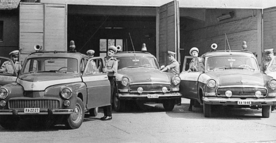 1970 körül. Miskolci URH-s rendőrautók. Warszawa és két Volga..jpg