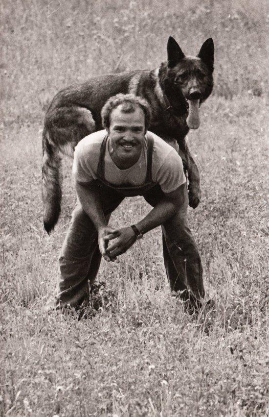 1976. Madaras József és Tuskó kutya a Kántor című bűnügyi sorozat forgatásán..jpg