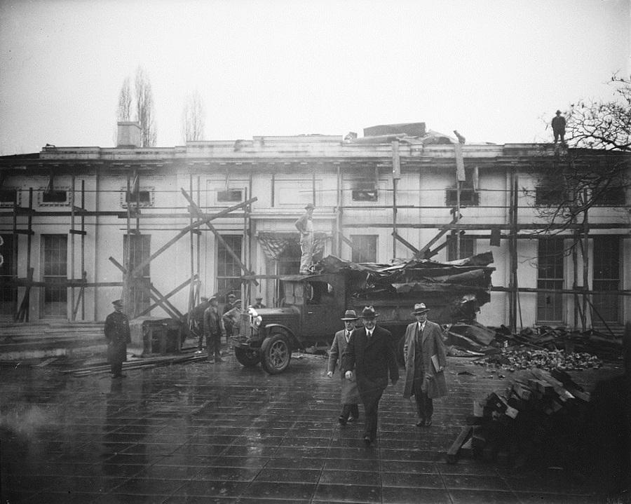 1930. január. Hoover elnök meglátogatja a Fehér Ház nyugati szárnyában történt tűzeset utáni munkálatokat..jpg
