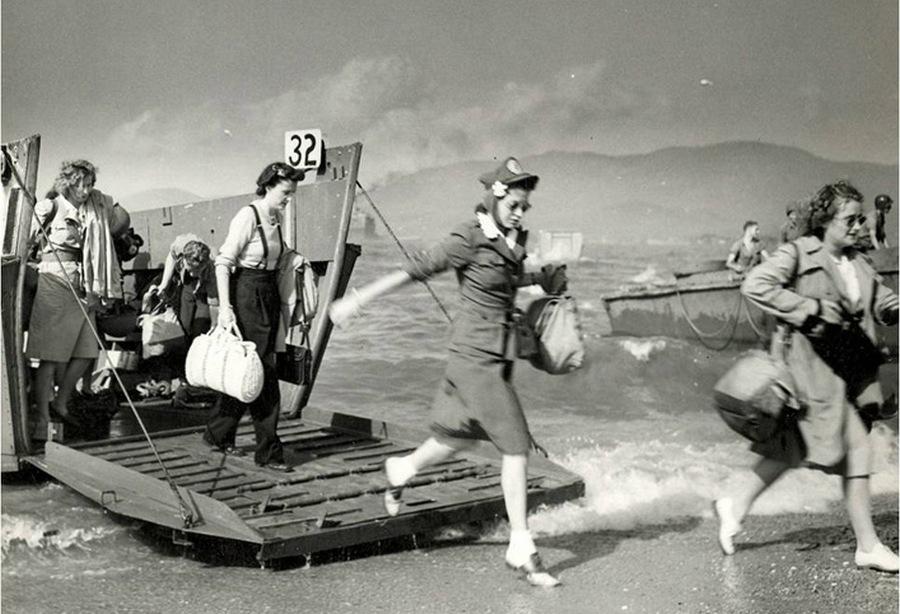 1944. Ez is egy partraszállás. Dél-Franciaországba nővérek és egészségügyi dolgozók érkeznek..jpg