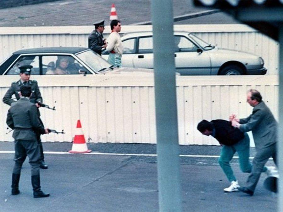1989. április 10. Két NDK állampolgárt vesznek őrizetbe a határőrök, miután nyugati látogatók autójának csomagtartójában próbáltak az NSZK-ba szökni..jpg