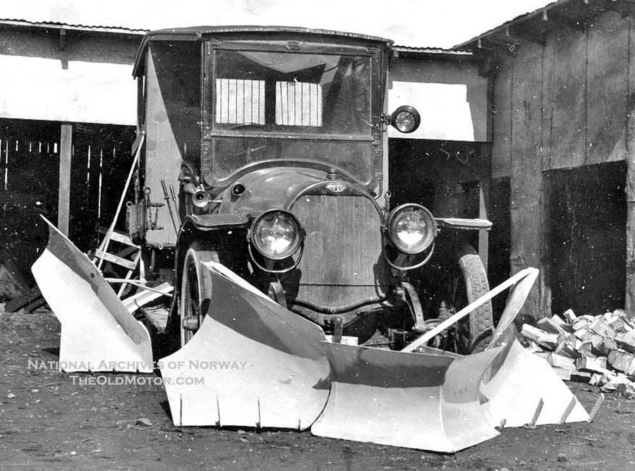 1923. Az első hóeltakarításhoz kialakított teherautó Norvégiában..jpg