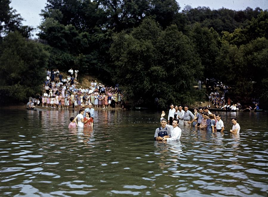 1943. Bemerítéses keresztelésre váró baptisták Arkansasban a White Riverben..jpg