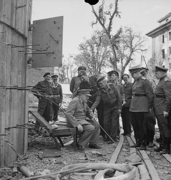1945. Churchill Berlinben egy Hitler bunkerjéből való tönkrement széken ül..jpg