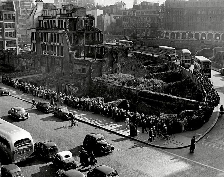 1955. A londoni villamosvezetők sztrájkja idején százak várnak a buszra..jpg
