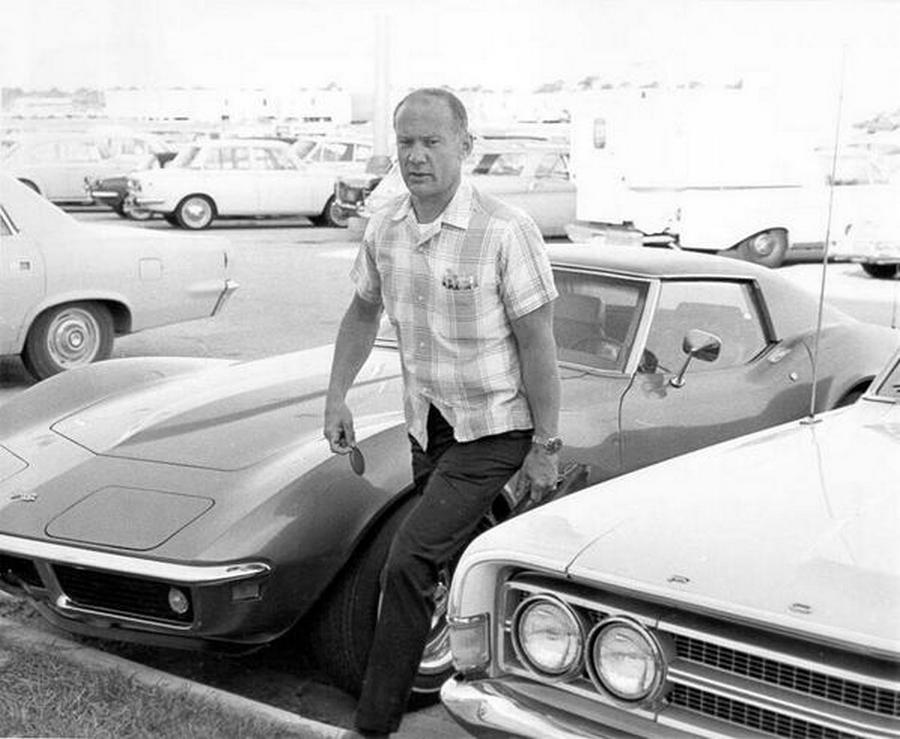 1969. Buzz Aldrin munkahelyére a NASA-hoz érkezik, 6 nappal a kilövés előtt..jpg
