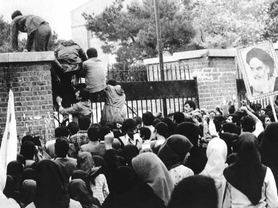 1977. november 4. Khomeini hívei megtámadják az amerikai nagykövetséget Teheránban a forradalom első napjaiban. A túszok nagy részét 444 nap után engedték csak el..jpg