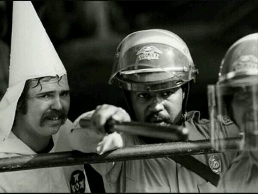 1983. Fekete rendőr védi a fajgyűlölő Ku-klux-klán tagot a tüntetőktől..jpg