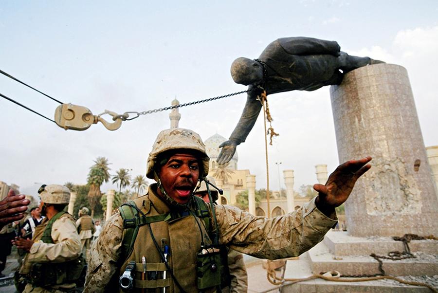 2003. április 9. Amerikai tengerészgyalogosok ledöntik Szaddam Husszein szobrát Bagdadban a Firdous téren..jpg