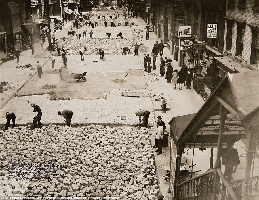 1930. A 28-ik utca kövezése Manhattanben, New York..jpg