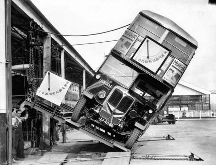 1933. Londoni emeletes busz borulásbiztonságának bizonyítására rendezett bemutató..jpg
