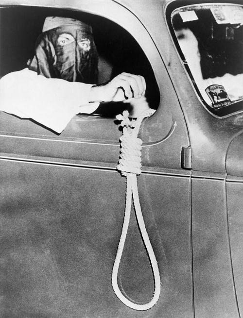 1939. május. Ku-Klux-Klan tagok megfélemlítő körúton Miami színesek lakta negyedében egy választás előtti éjszakán..jpg