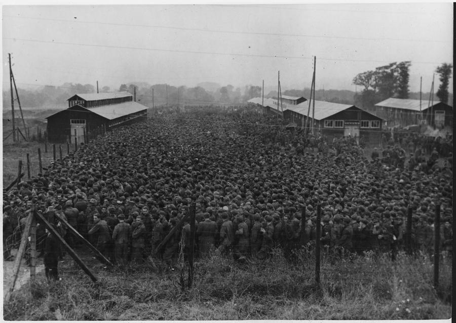 1944. június. A D-nap után elfogott német katonák összezsúfolódva a Nonant-le-Pin-ben sebtében tákolt táborban..jpg