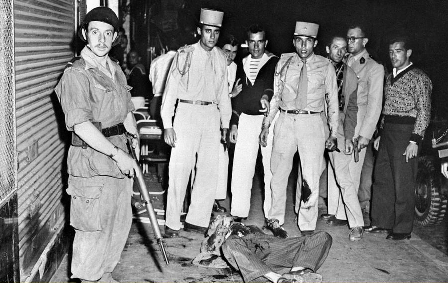 1956. Algéria. Francia idegenlégiós szúrt le egy felkelőt, aki éppen egy kézigránátot készült dobni egy szórakozóhelyre..png
