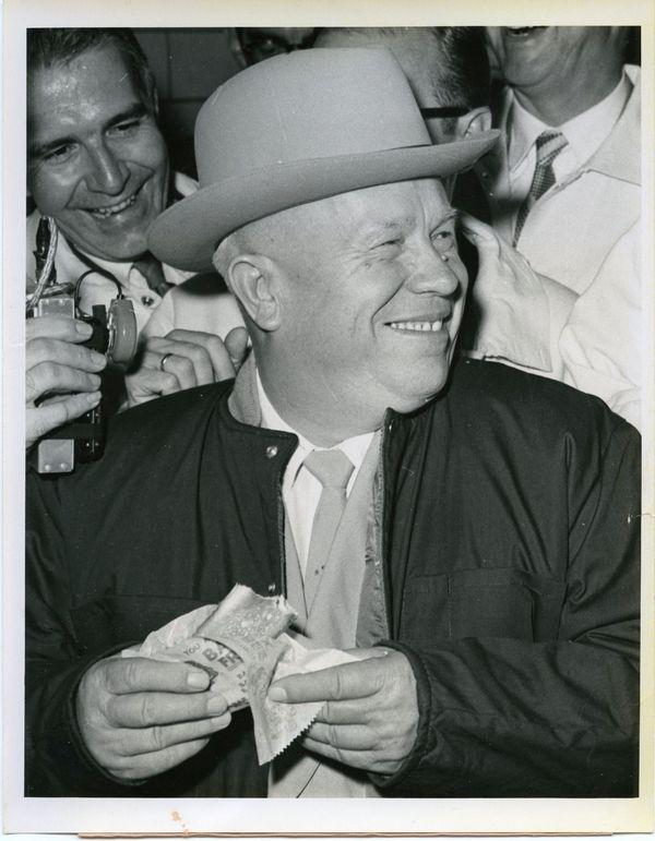 1959. Nyikita Hruscsov hot-dogot eszik amerikai körútja során Des Moines-ban, Iowában. Nagyszerű. - mondta - Mi igazán jó virslit csinálunk, de a maguké jobb. Ismerve nem épp finomkodó természetét, biztosan nem bókolni akart..jpg
