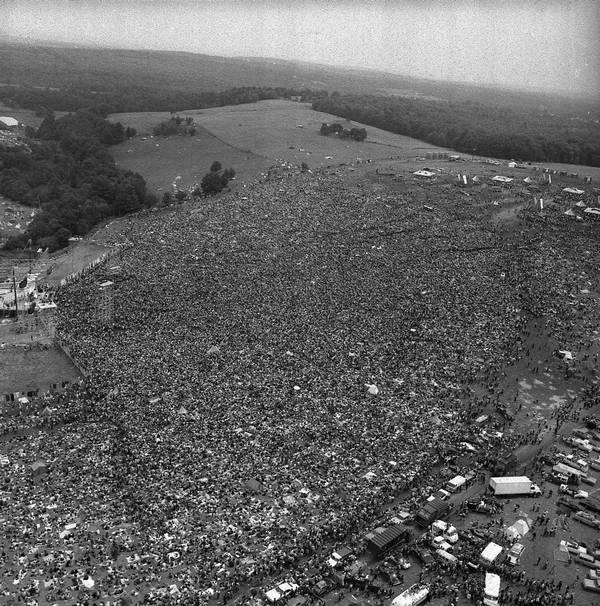 1969. Woodstock. A magánterületen megtartott rockfesztiválra a várt kb. 1500 néző helyett 400-450 ezren jöttek el..jpg