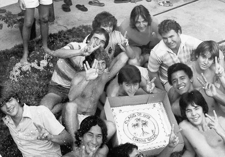 1979. Barack Obama pózol barátaival a Choom Gang-gel Hawaiion. A choom szó egy szleng a marihuana szívására..jpg