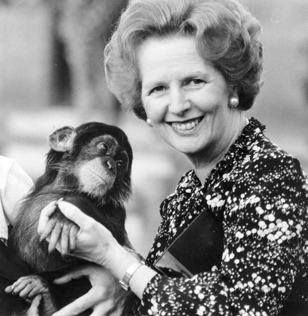 1985. Margaret Thatcher egy csimpánzzal..jpg