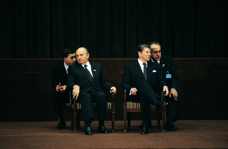 1985. Ronald Reagan és Mihail Gorbacsov megbeszélése a tolmácsaik segítségével, Svájcban..jpg