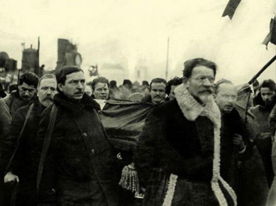 1924. Lenin temetése. Elöl Trockij, hátul a bal szélen Sztálin..jpg