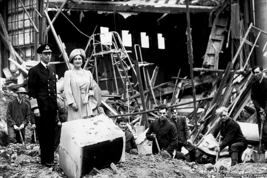 1941. A brit királyi pár, Erzsébet és György látogatja meg a londoni East End-et a német légicsapások idején..jpg
