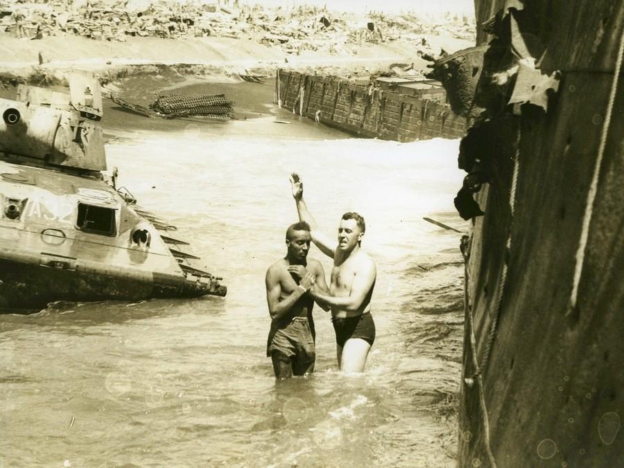 1945. Baptista keresztelés Iwo Jimán a második világháború idején a csendes-óceáni hadszíntéren..jpg
