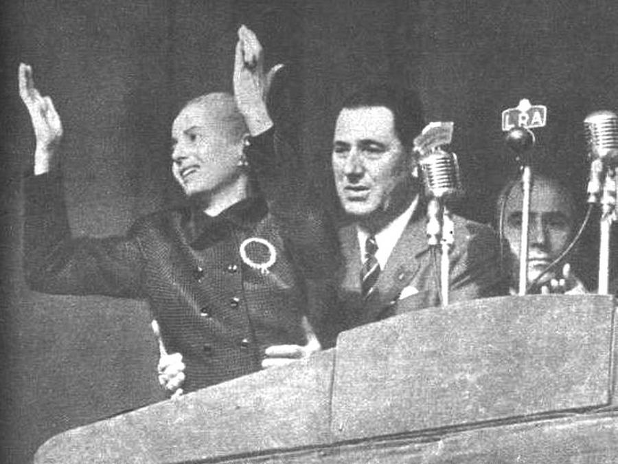 1951. október 17. Eva Perón az argentin elnök felesége, karizmatikus személyiség volt. A népe imádta. A képen már rákkal küszködve, férje segítségéval tud csak állni. Kilenc hónap múlva halt meg..jpg
