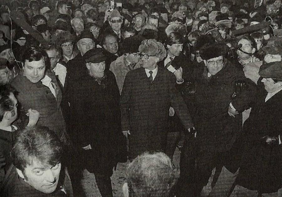 1981. Helmut Schmidt NSZK kancellár NDK-s látogatása során a keletnémet vezetővel Erich Honeckerrel felkeresett egy karácsonyi vásárt Güstrowban. A fotón nem láthatók gyerekek sem nők, kizárólag férfi Stasi ügynönkök nyüzsögtek.jpg