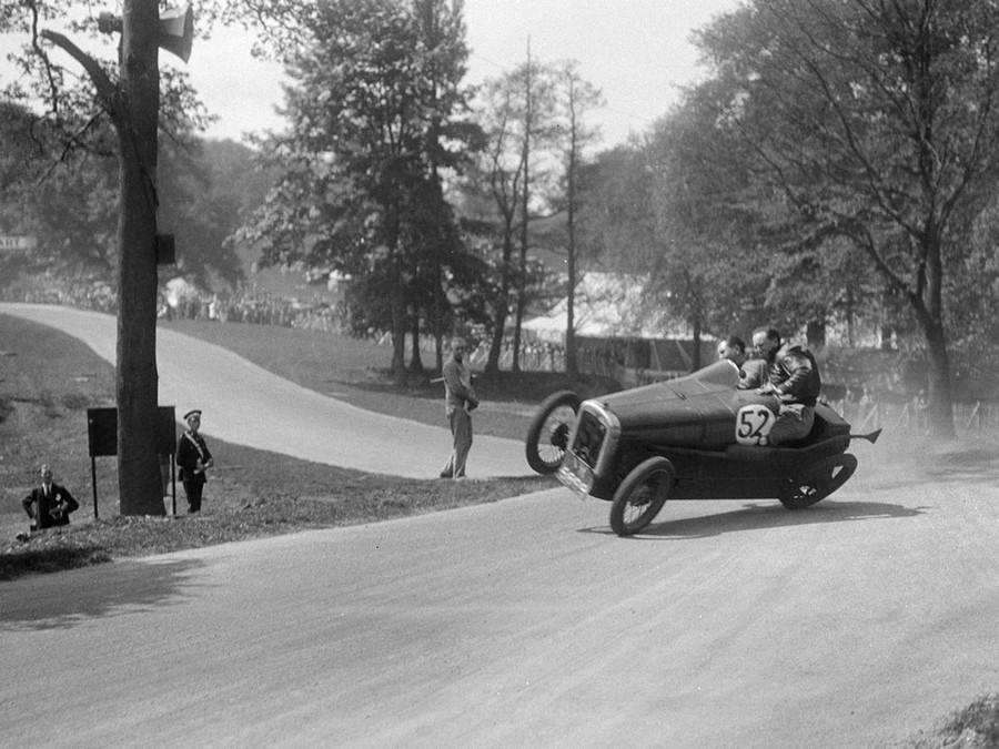1933. Egy Austin majdnem felborult a Donington Park Race Meeting-en..jpg