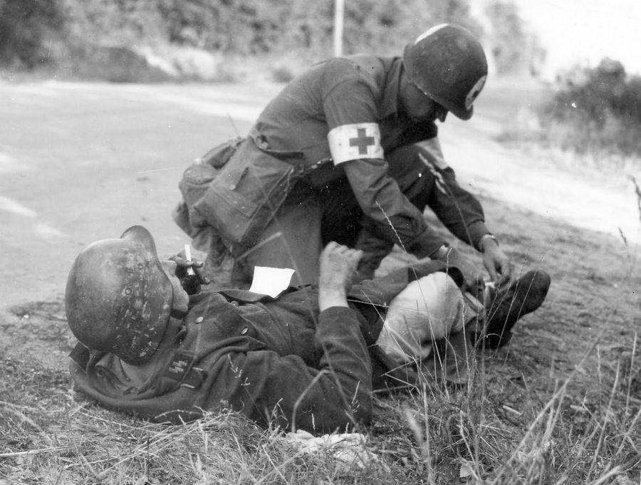 1944. Amerikai felcser egy sérült Waffen-SS katonát lát el..jpg