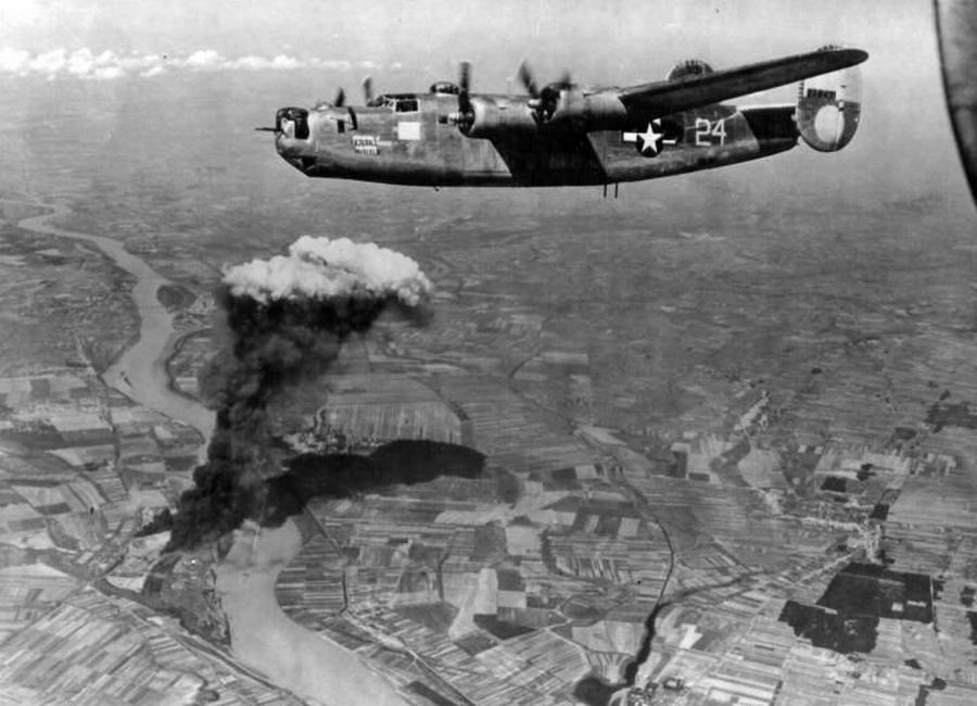 1944. augusztus 9. B-24 Liberator bombázza Almásfüzitőt..jpg