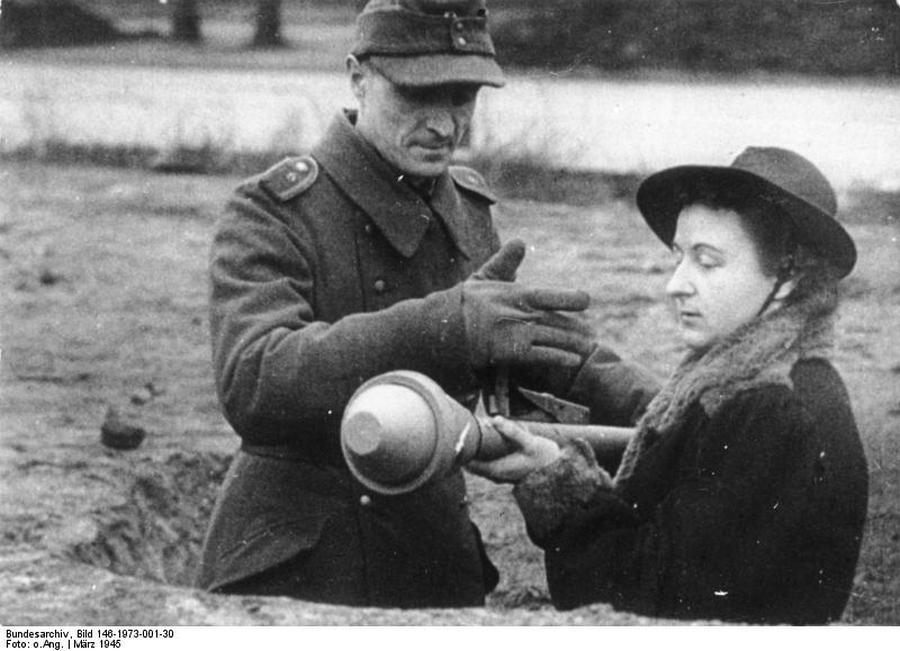 1945. március. Berlini civil nő tanulja a páncélököl használatát..jpg