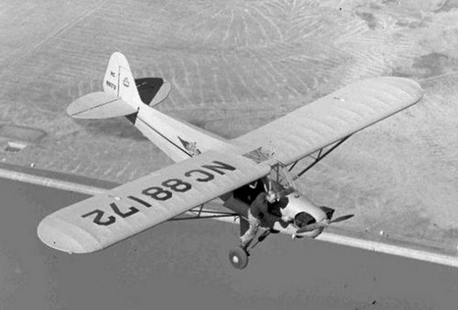 1946. Merle Larson II. vh-s veterán pilóta és ex-légibohóc próbálja beindítani a J-3 motort Concord (Kalifornia felett), a másik ülésen barátnője izgulta végig a sikeres akciót..jpg