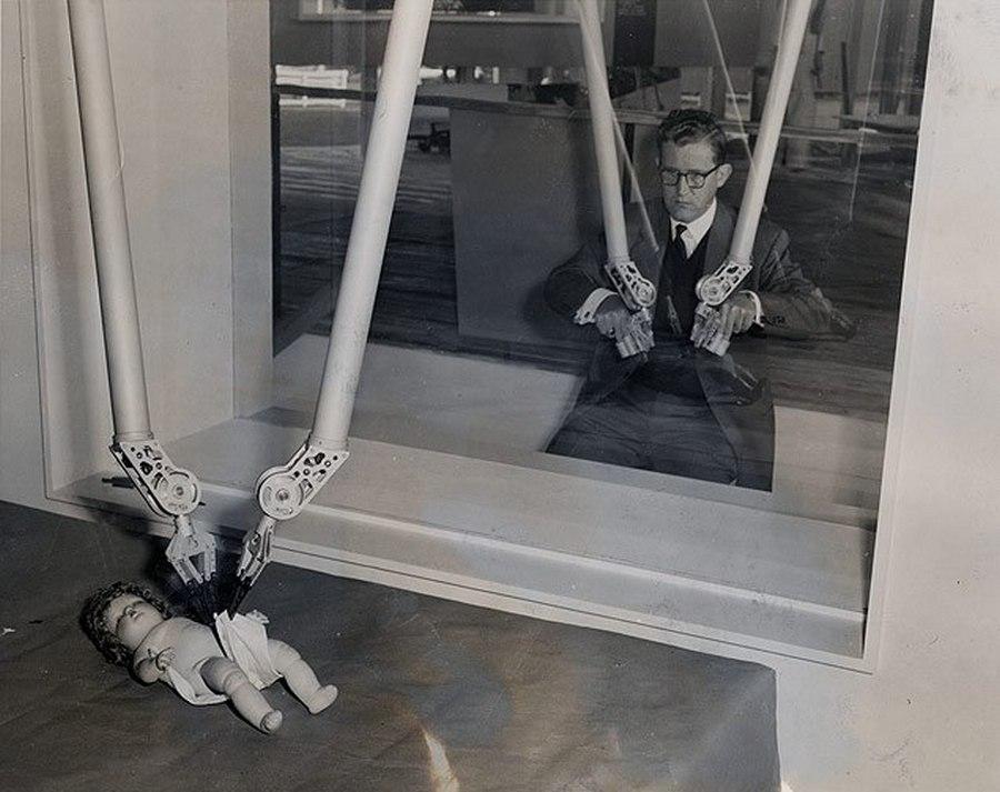 1954. A mágikus kezek. Nyugat-Berlinben az ipari vásáron kiállított szerkezetet sugárzó vagy biológiailag veszélyes anyagokkal történő munkához fejlesztették ki..jpg